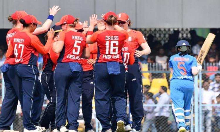 इंग्लैंड महिला गेंदबाज केट क्रॉस का कमाल, आखिरी ओवर में करिश्माई गेंदबाजी कर भारत को दी 1 रन से मात