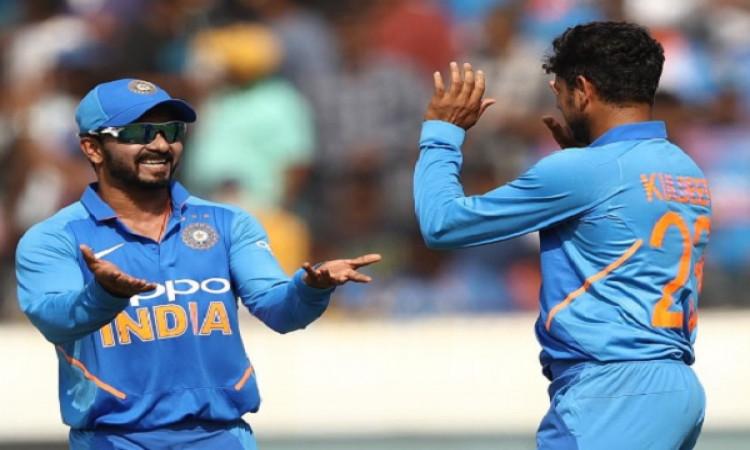 भारतीय गेंदबाजों ने ऑस्ट्रेलियाई बल्लेबाजों को बांधा, भारत को 50 ओवर में 237 रनों का टारेगट Images