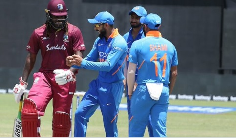 बारिश के कारण पहला वनडे रद्द, फिर कोहली ने बीच मैदान पर गेल का साथ की डांसKohli Images