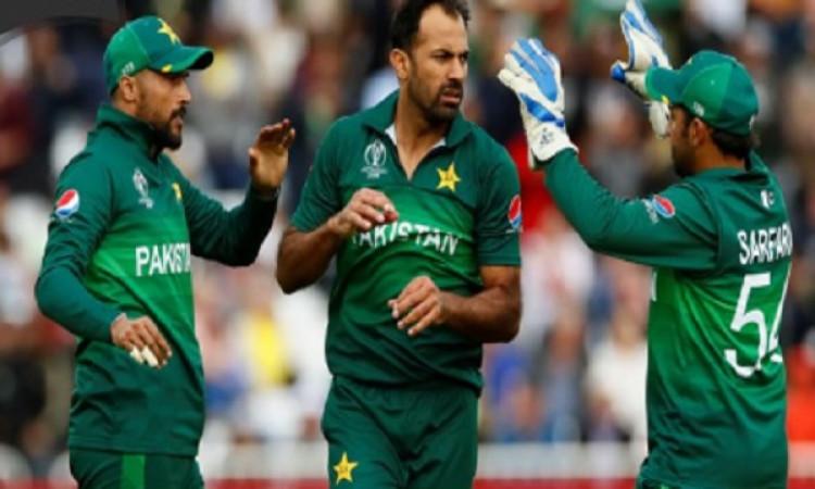 श्रीलंका के खिलाफ आगामी वनडे सीरीज से बाहर हुआ यह पाकिस्तानी गेंदबाज, पूरी टीम Images