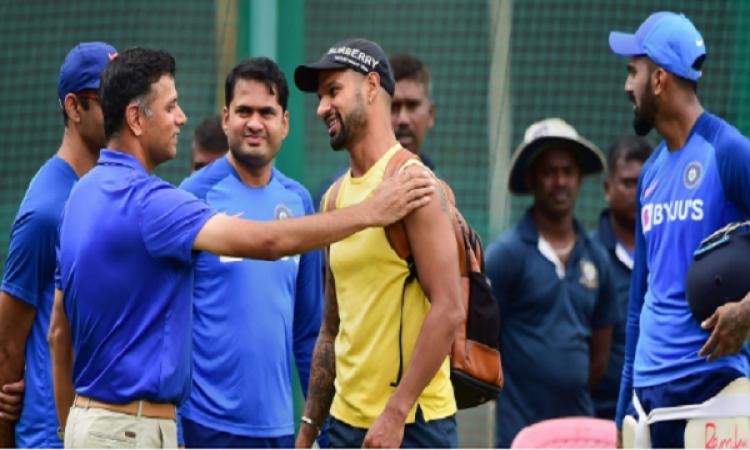 तीसरे टी-20 से पहले टीम इंडिया के खिलाड़ियों से मिले राहुल द्रविड़ Images