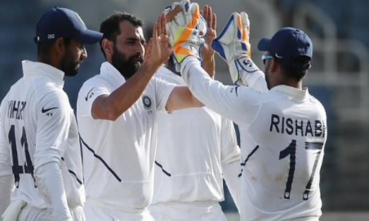 वेस्टइंडीज के खिलाफ भारत को मिली जीत, इधर भारत में मोहम्मद शमी  के खिलाफ अरेस्ट वारंट जारी Images