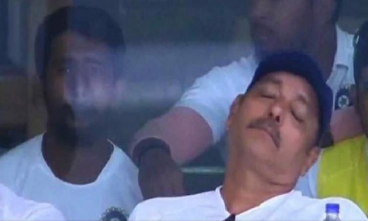 लाइव मैच के दौरान 10 करोड़ सालाना सैलरी लेने वाले कोच रवि शास्त्री पवेलियन में सोते हुए नजर आए Image