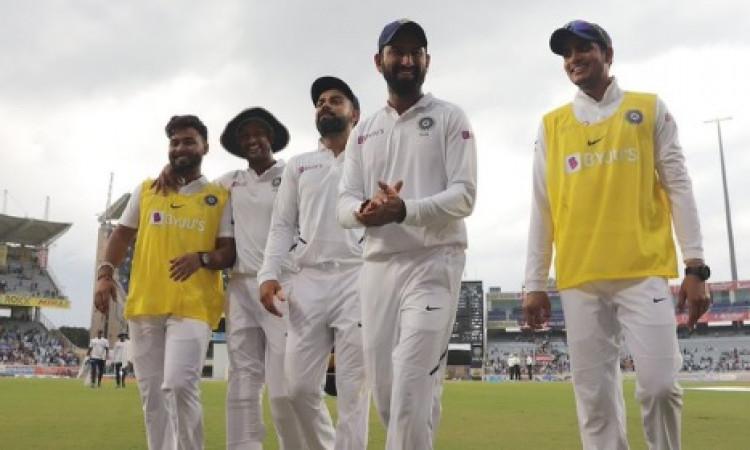 रांची टेस्ट, दूसरा दिन : खराब रोशनी के कारण खेल जल्द खत्म, साउथ अफ्रीका के 2 विकेट आउट Images