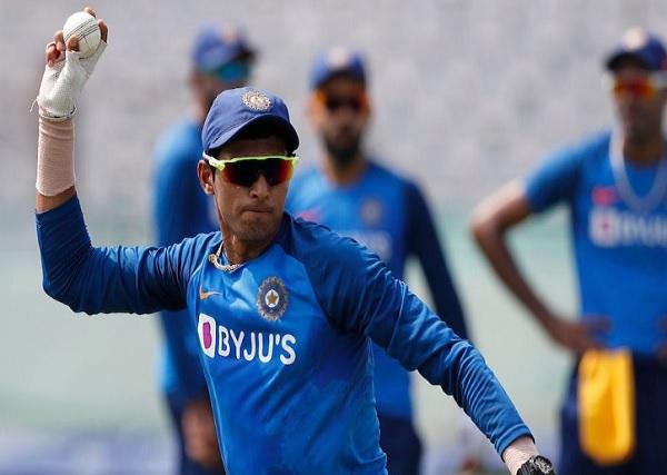 चोट की वजह से दीपक चाहर तीसरे वनडे से बाहर, रिप्लेसमेंट के तौर पर नवदीप सैनी को टीम में जगह Images