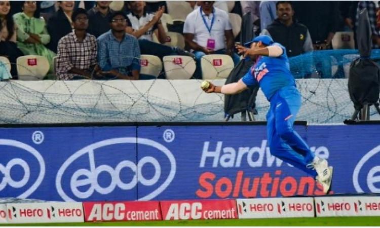 पहले टी-20 में भारतीय खिलाड़ियों के खराब फील्डिंग को देखकर युवराज सिंह हुए खफा Images