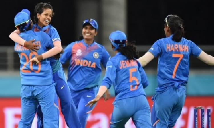 शानदार गेंदबाजी कर मैन ऑफ द मैच का खिताब जीतनी वाले पूनम यादव ने अपने फिजियों का किया शक्रिया Images