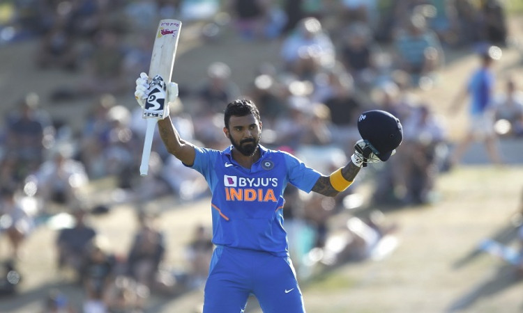 भारतीय बल्लेबाज केएल राहुल ने जीता दिल, बेंगलुरू एयरपोर्ट पर सीआईएसएफ जवान को दी फेस शील्ड Images