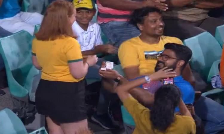 india vs australia 2nd odi boyfriend purposed her girlfriend in live match video