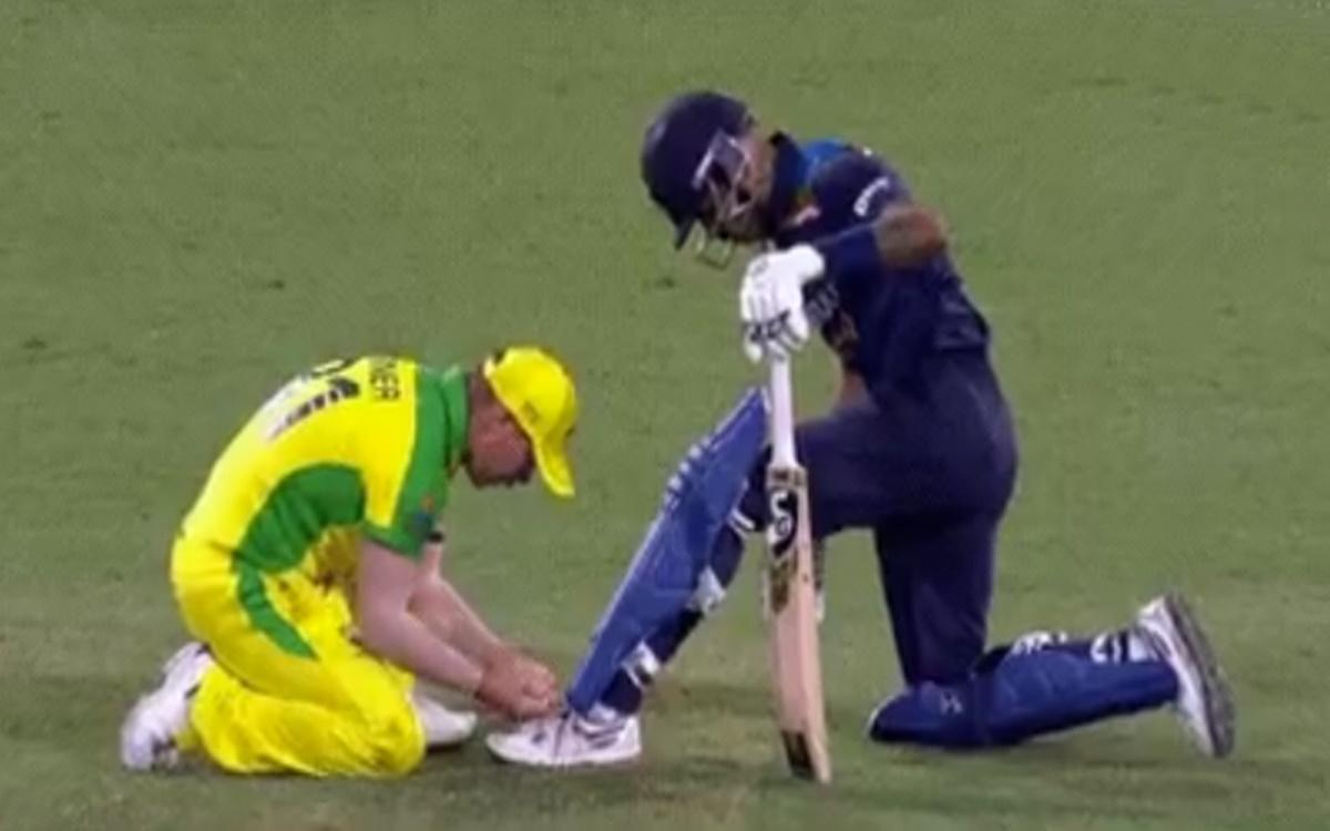 AUS vs IND David Warner tying shoelaces of Hardik Pandya watch video in hindi