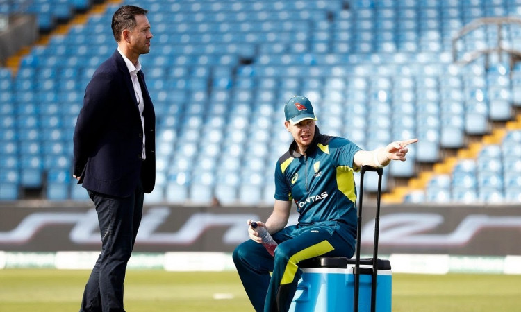 Justin Langer says ricky Ponting hand is hurting while throwing down to steve smith