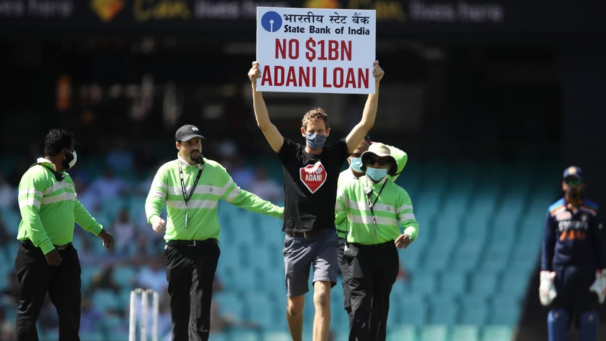 india vs australia, 1st odi protester runs in the middle of the scg during the match