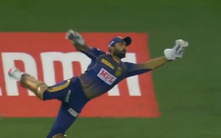 Dinesh Karthik one-handed blinder catch to dismiss rr batsman Ben Stokes watch video