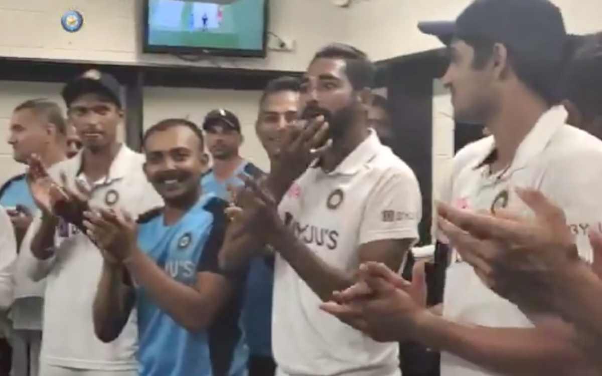 Cricket Image for VIDEO: तालियों और सीटियों से गूंज उठा ड्रेसिंग रूम, रवि शास्त्री ने इन तीन खिलाड़ि