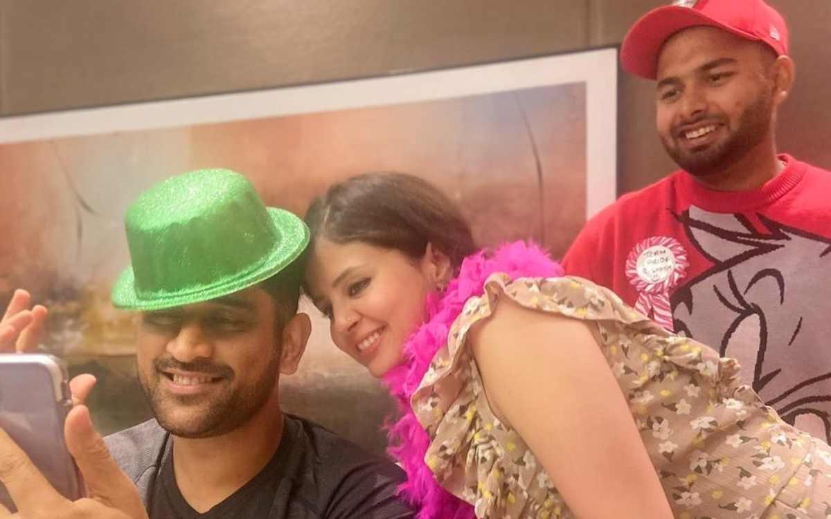 Cricket Image for हरी टोपी पहने माही का दिखा अलग अंदाज, पत्नी साक्षी ने शेयर की धोनी और पंत की प्यार