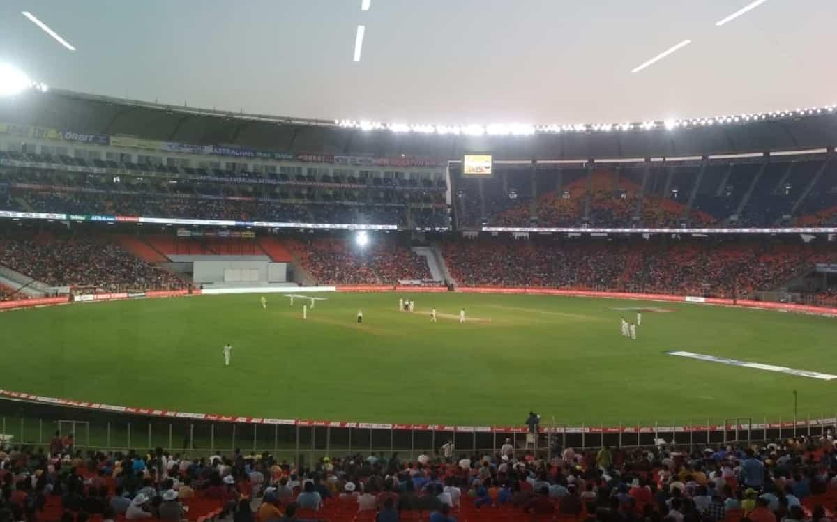 Cricket Image forभारत-इंग्लैंड डे नाइट टेस्ट में दिखा खराब नजारा, एलईडी लाइट बंद होने पर कुछ समय के