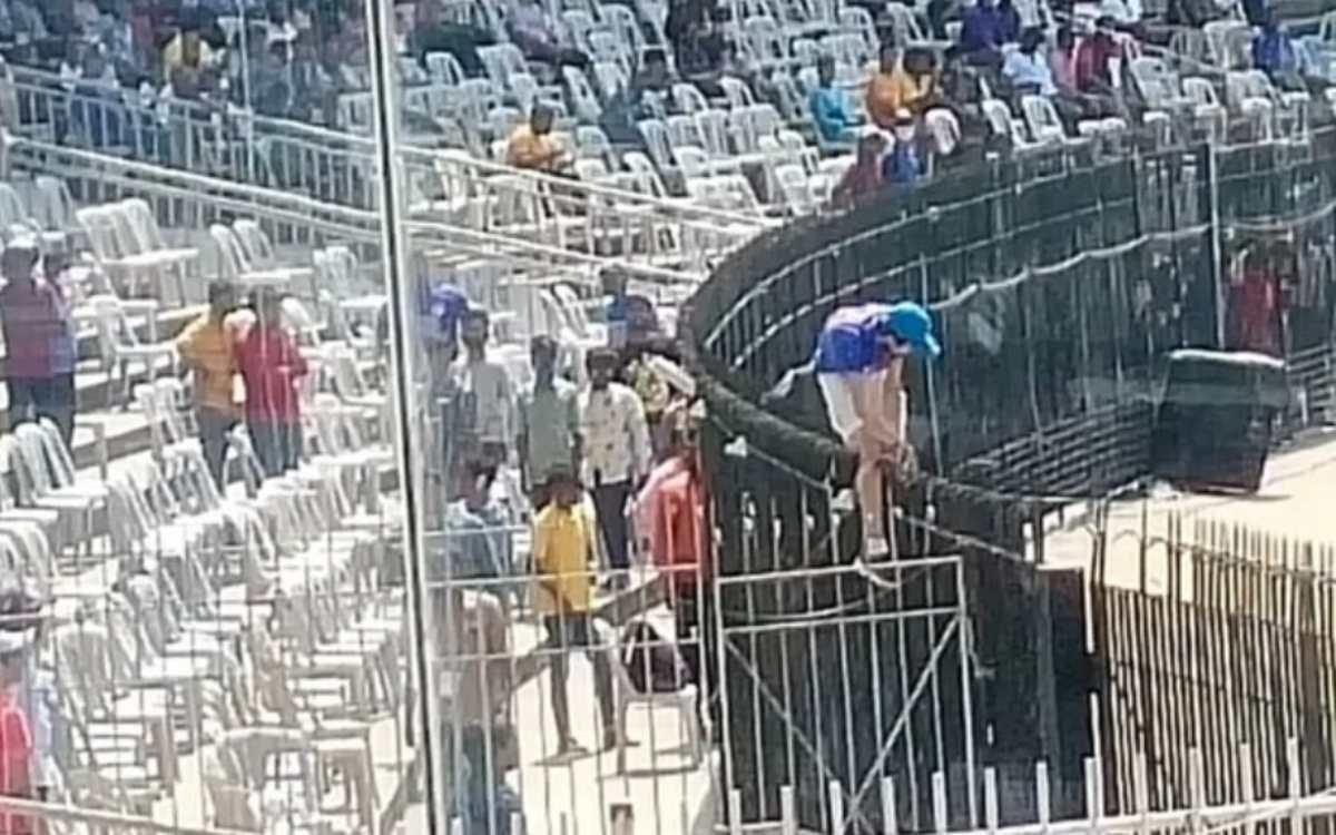 Cricket Image for IND vs ENG: चेपॉक में देखने को मिला अज़ीबोगरीब नज़ारा, बच्चा रेलिंग पर चढ़ कर मैदा