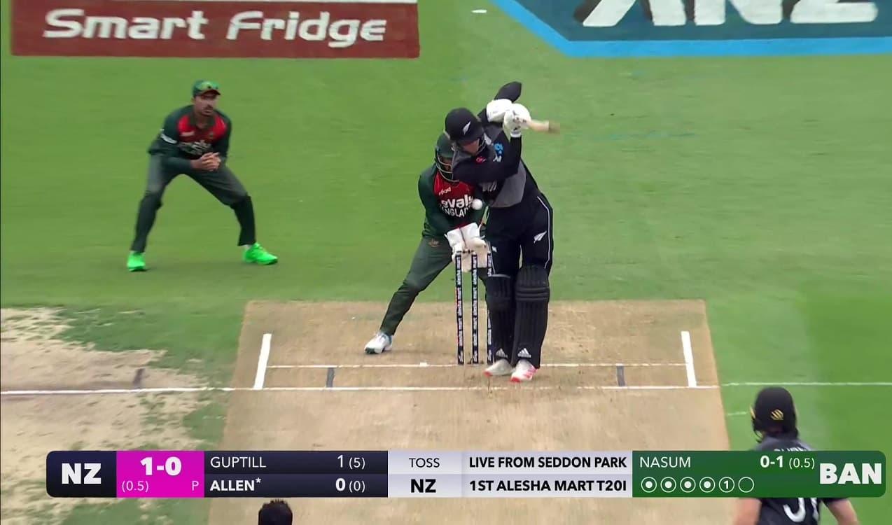 Cricket Image for RCB के फिन एलेन डेब्यू मैच में पहली गेंद पर हुए आउट, 512 रन ठोकने के बाद बना दिया