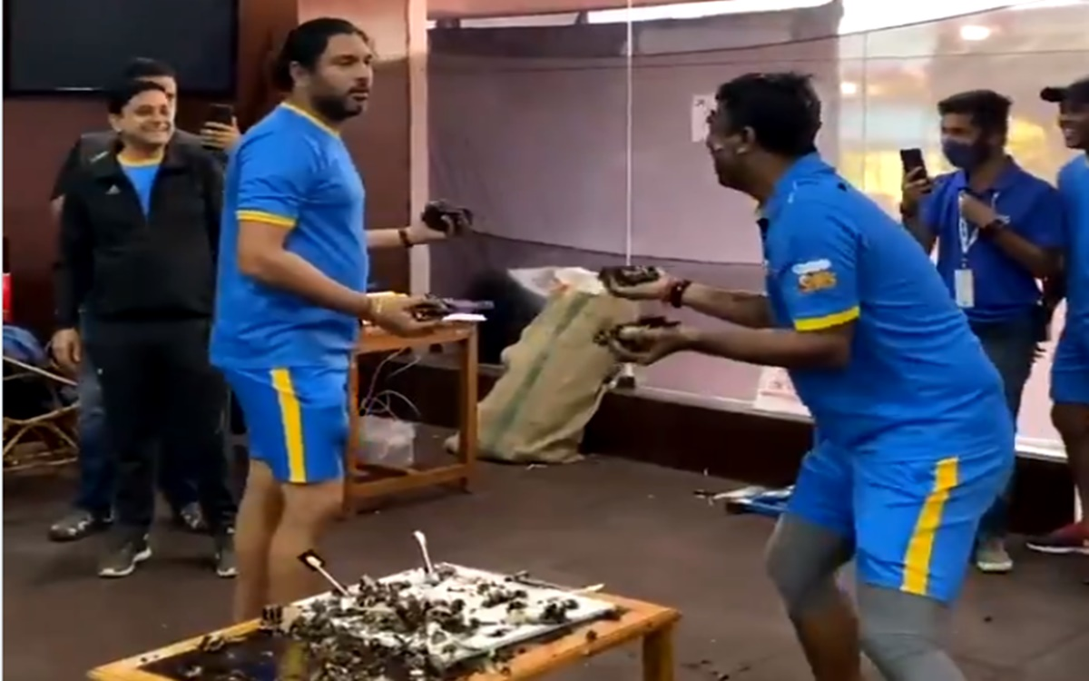 Cricket Image for Road Safety World Series India Legends Players Yuvraj Singh And Pragyan Ojha Cake