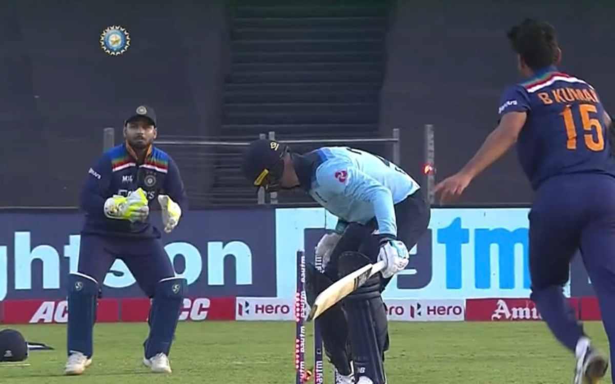 Cricket Image for VIDEO : पहले ही ओवर में बिखेरी भुवनेश्वर ने रॉय की गिल्लियां, तीन चौके खाने के बाद