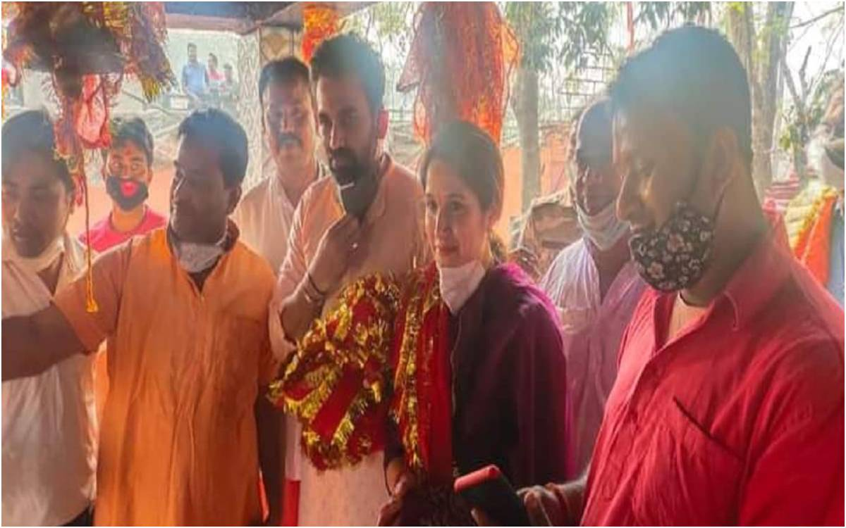 Cricket Image for धोनी के शहर पहुंचे ज़हीर और पत्नी सागरिका, जब माथा टेकने रजरप्पा मंदिर पहुंचे