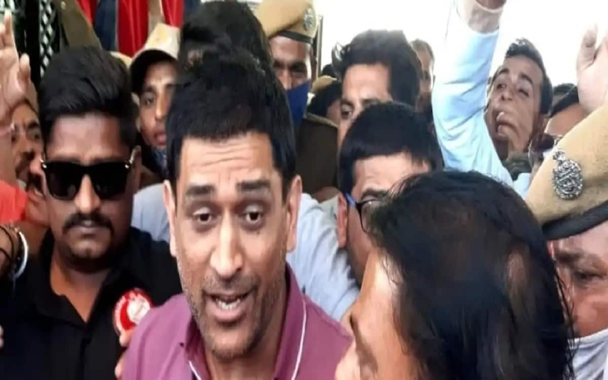 To get a glimpse of mahendra singh dhoni crowd get uncontrolled