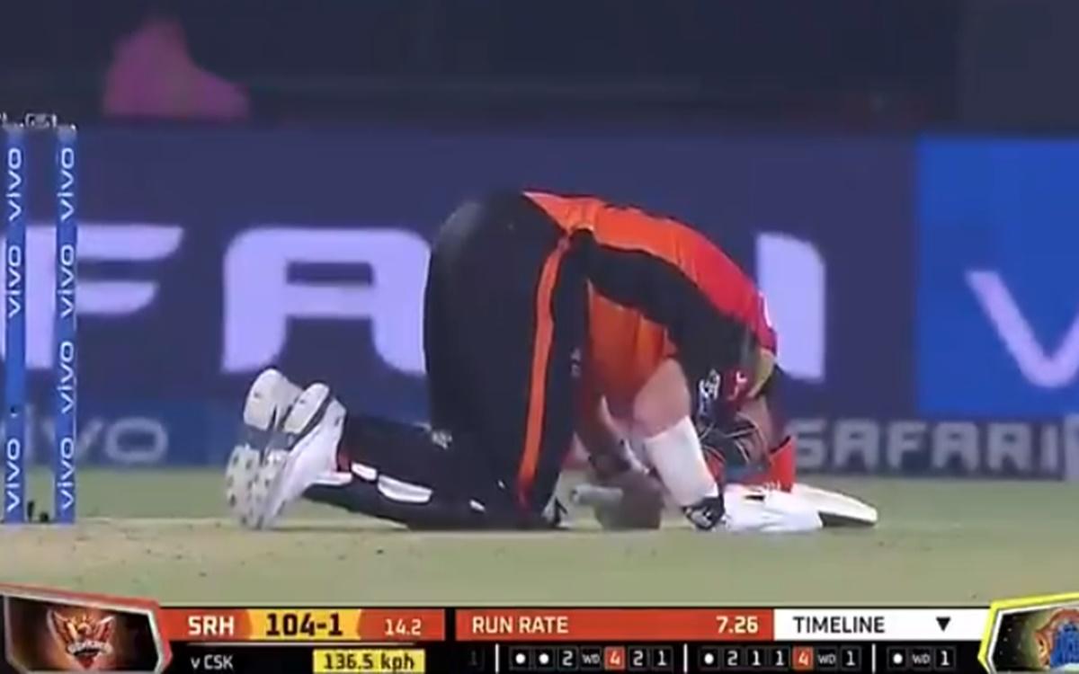 Cricket Image for VIDEO: डेविड वॉर्नर खुद से हो गए थे दुखी, बीच मैदान लगे थे छटपटाने