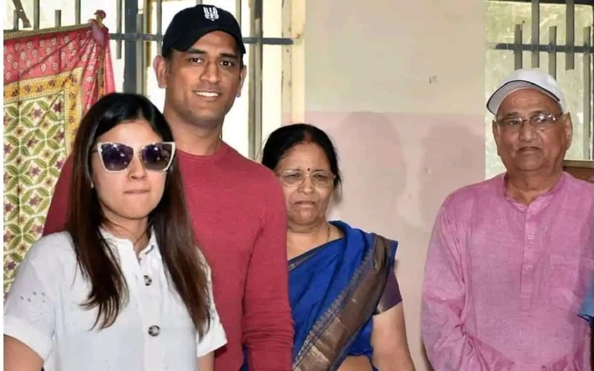 Cricket Image for Coach Stephen Fleming Gave Information About Health Says Dhonis Parents Situation
