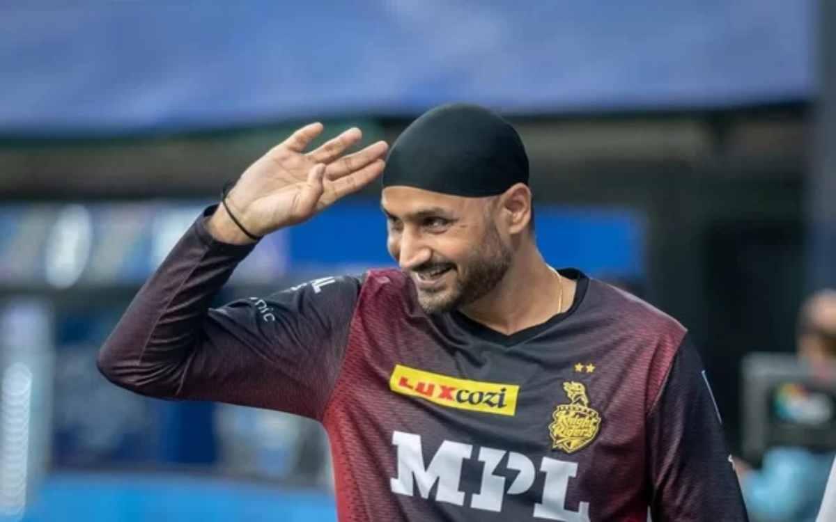 Cricket Image for जब फैन ने कहा, 'सर आप सिर्फ बड़े लोगों को रिप्लाई देते हो', भज्जी ने दिया दिल जीत