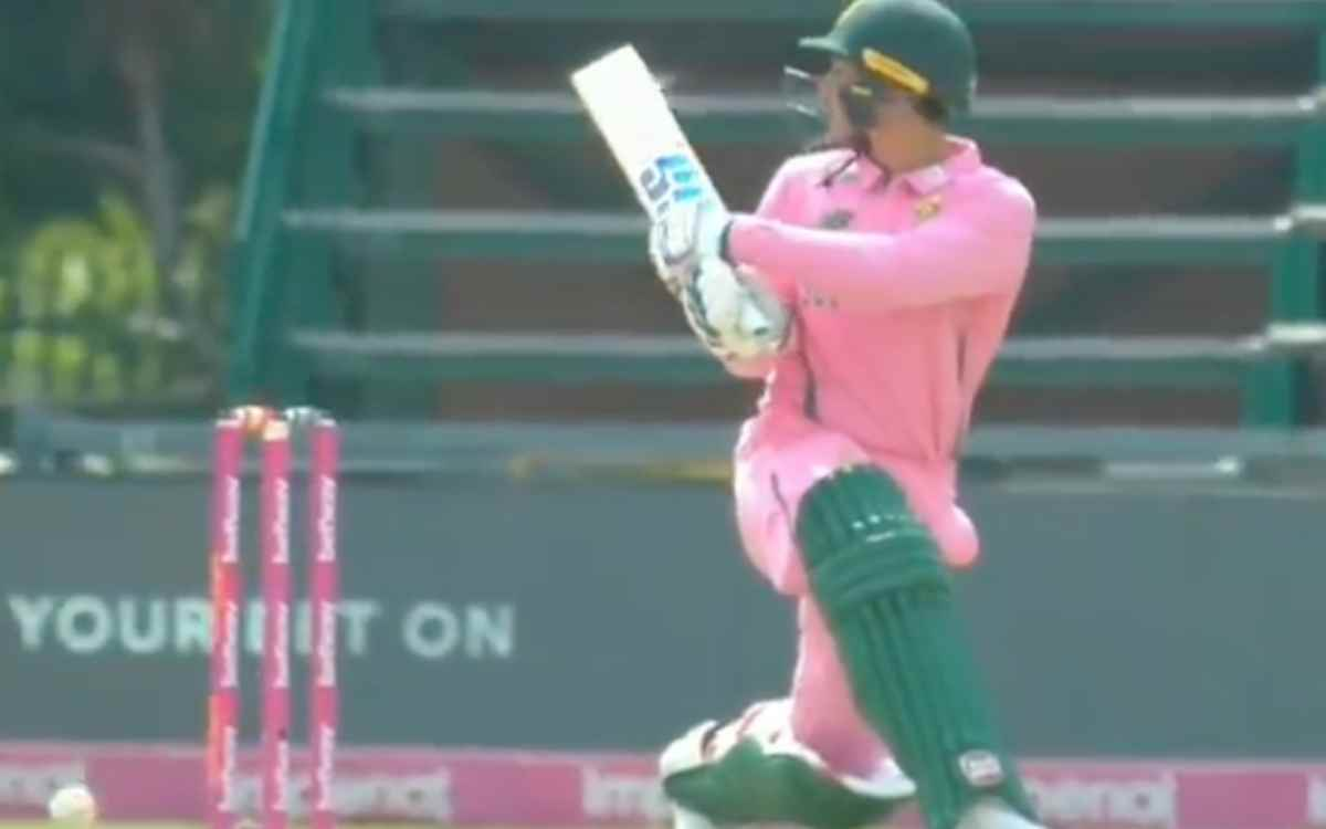 Cricket Image for VIDEO : 'इसे कहते हैं किस्मत', गेंद स्टंप्स पर लगी लेकिन फिर भी आउट नहीं हुए क्विं