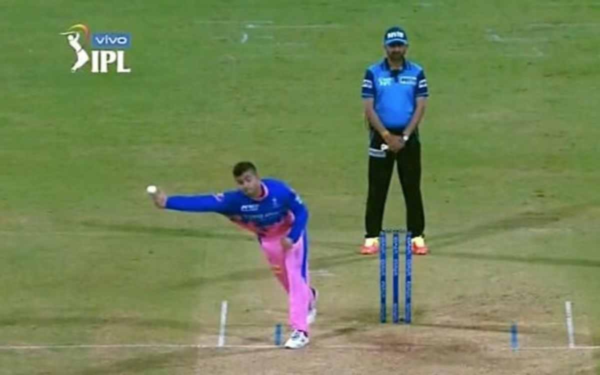 Cricket Image for VIDEO : रियान पराग ने दिया क्रिस गेल को चकमा, जाधव के एक्शन से की गेंदबाज़ी तो अंप