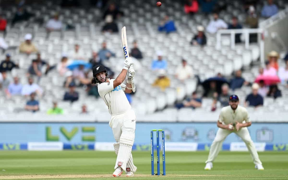 Rain forces early lunch after New Zealand take lead to 272