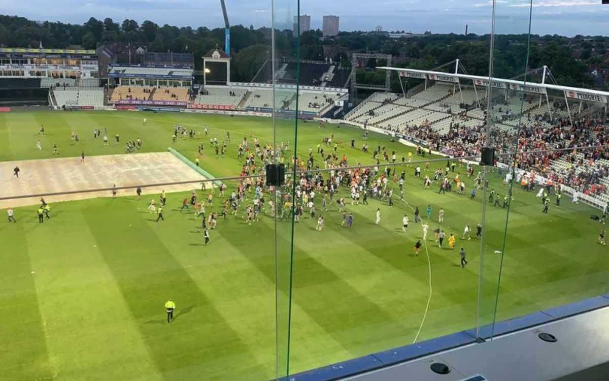 Cricket Image for VIDEO : एजबेस्टन में फैंस ने की हदें पार, लाइव मैच में मैदान के अंदर घुसे हज़ारों