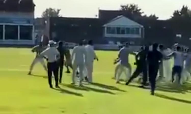 Cricket Image for VIDEO : लाइव मैच में चले लात-घूसे, खिलाड़ियों ने एक दूसरे को भगा-भगाकर पीटा