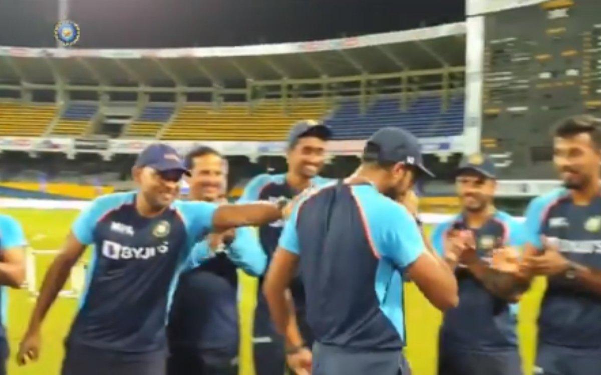 Cricket Image for VIDEO : डेब्यू कैप मिलते ही छलक पड़े आंसू, वॉरियर को साथियों ने लगाया गले