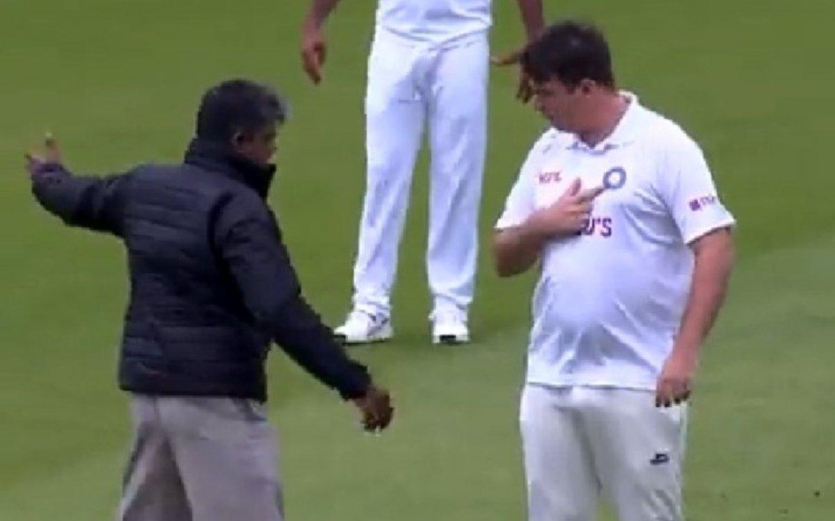 Cricket Image for VIDEO : इंडिया की जर्सी पहन मैदान में घुसा फैन, टीम इंडिया के खिलाड़ी नहीं रोक पाए