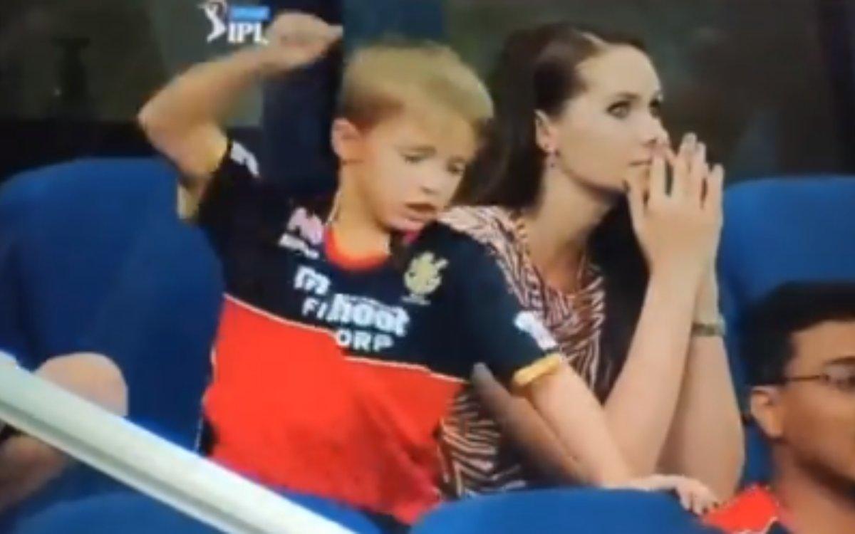 Cricket Image for VIDEO : पापा हुए आउट तो बेटे ने खुद को दिया दर्द, जूनियर डी विलियर्स ने कुर्सी पर