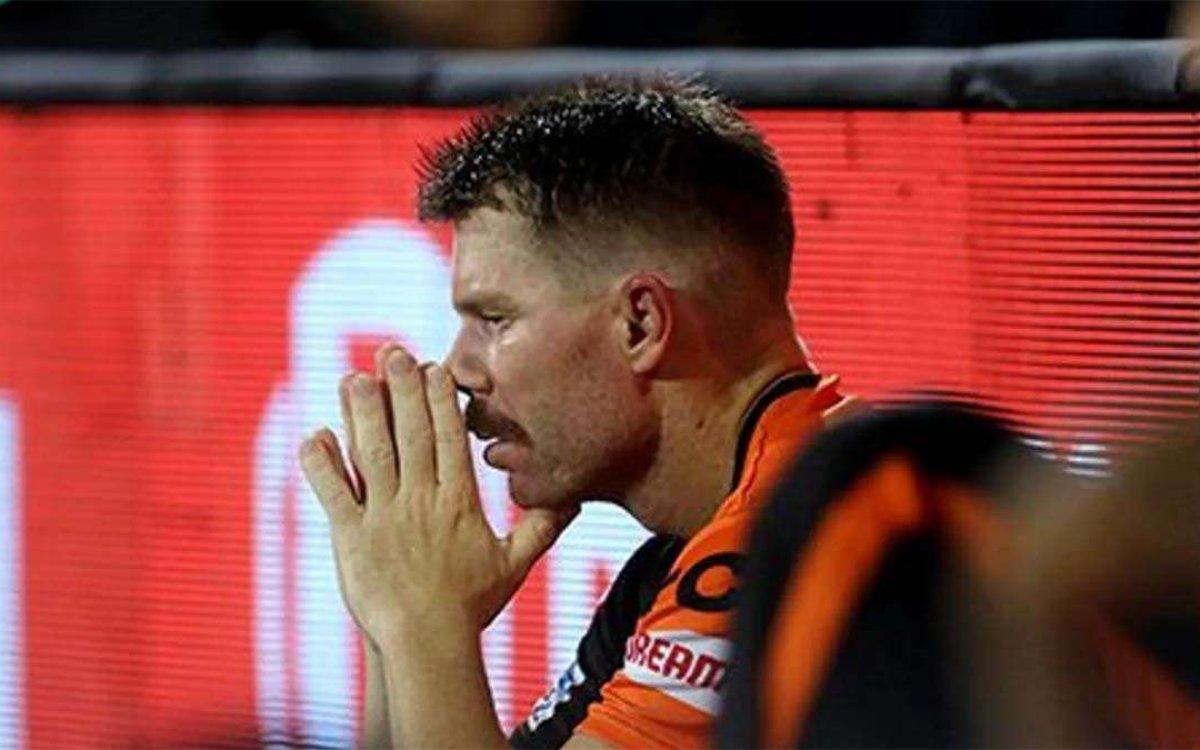 Cricket Image for VIDEO : पहले छोड़ा कैच फिर पहले ओवर में आउट, बेबस और बदकिस्मत नज़र आ रहे हैं वॉर्न