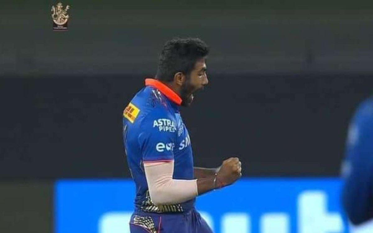 Cricket Image for VIDEO : बुमराह ने 2 गेंदों में बदला मैच, मैक्सवेल और डी विलियर्स ने टेके घुटने