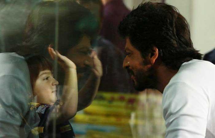 केकेआर के मैच में बेटे के साथ पहुंचे शाहरुख