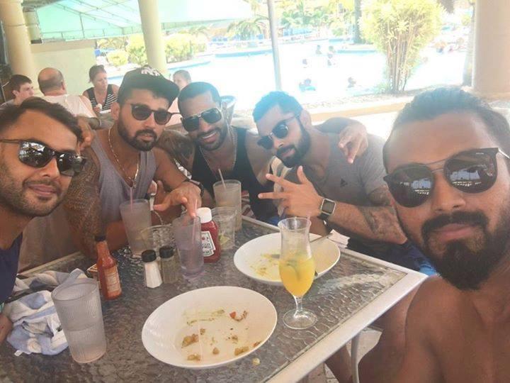 बीयर की बोतल के साथ तस्वीर डालनें पर टीम इंडिया के खिलाड़ी को लगी फटकार